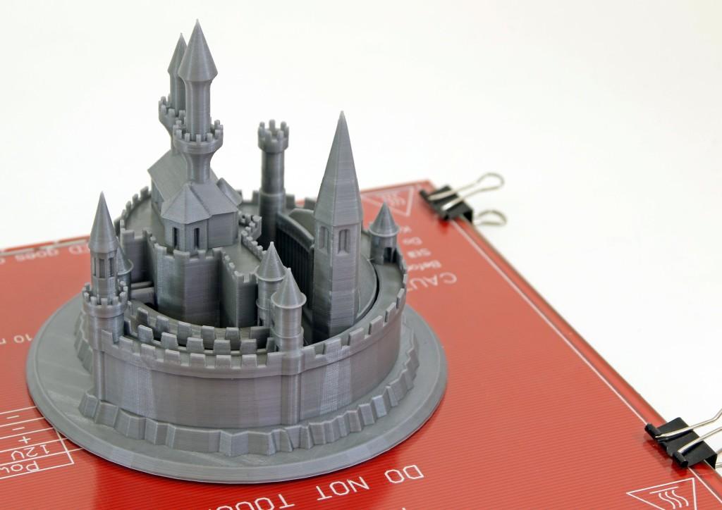 Detailně propracovaný model hradu, který rádi ukazujeme jako příklad, jak vizuálně pohledné věci se dají 3D vytisknout. Tisk PLA na DETAIL 100 µm